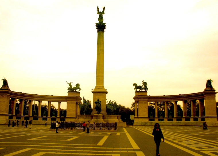 Budapest Heroes' Square.jpg