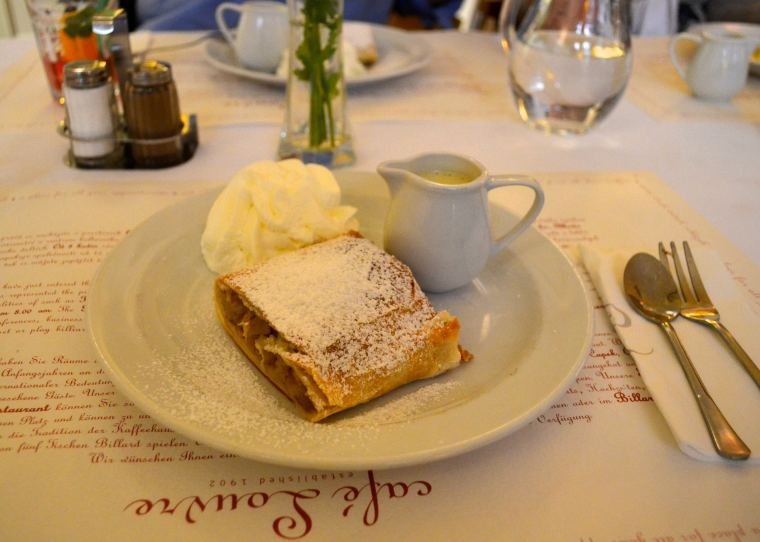 Czech apple strudel 1.jpg