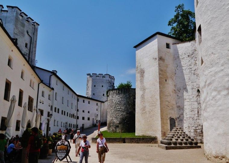 Salzburg_Festung_Hohensalzburg_Innenhof_1.jpg