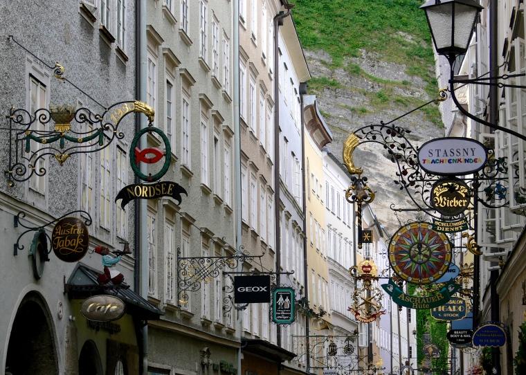 Salzburg_Getreidegasse_Ladenschilder.jpg