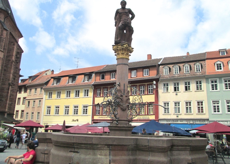 Hercules_fountain_in_Heidelberg.JPG