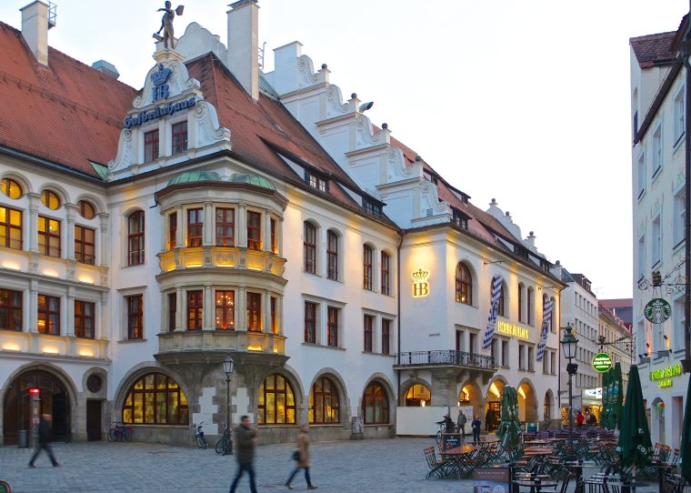 München_Platzl_9_Hofbräuhaus_BW_2017-03-13_19-12-27.jpg