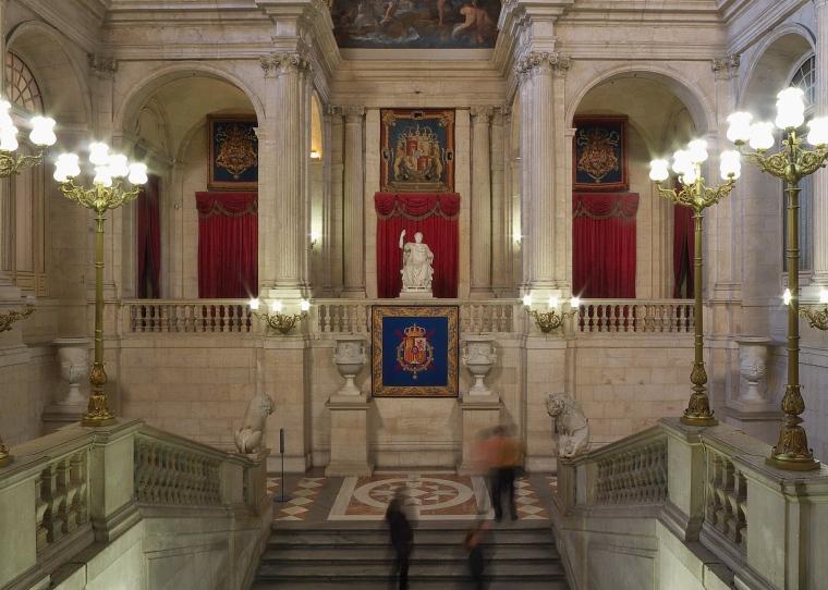 Palacio_Real_de_Madrid._Escalera_principal.jpg